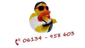 Briefträger Badeente mit Rufnummer der Hotline